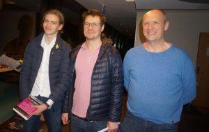 Kaasen og Thorfinnsson med arrangør Truls Jørgensen