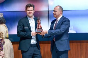 Carlsen mottar vinnertrofeet i Shamkir