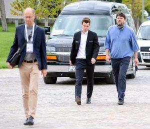 Carlsen er i Shamkir med far Henrik og trener Peter Heine Nielsen