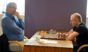 Høi og Deviatkin kjemper i toppen.<br>Her fra femte rundes remisparti.