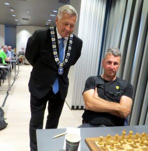 Agdestein med ordføreren i Drammen, Tore Opdal Hansen