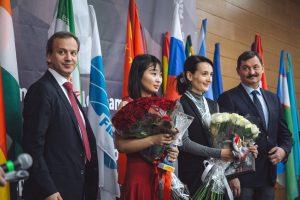VM-finalistene Wenjun og Lagno med FIDE-president Dvorkovich og en arrangør