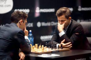 Carlsen måtte nøye seg med remis mot Caruana i første matchparti