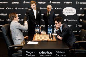 Karjakin sto for åpningen av det ellevte VM-partiet mellom Carlsen og Caruana