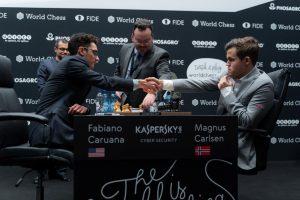 Caruana presset i åttende VM-parti, men Carlsen berget remis