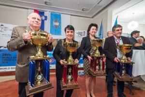 De fire seniorverdensmestrene med sine trofeer