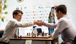 Artemiev og Carlsen leder lynsjakken sammen etter første dag.