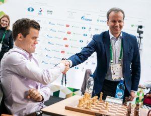 Carlsen med FIDE-president Dvorkovich