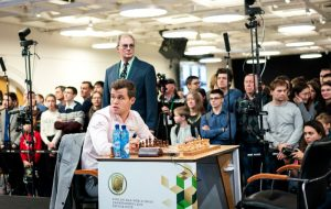 Carlsen og publikum måtte vente på Nepomniachtchi i nest siste runde