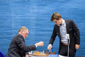 Carlsen stiller opp brikkene etter en kort dag på jobben