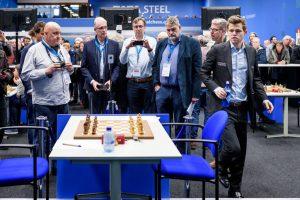Carlsen ankommer 10 minutter for sent til partiet mot Mamedyarov