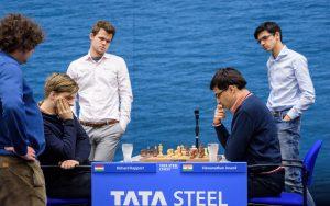 Korobov, Carlsen og Giri følger partiet Rapport - Anand