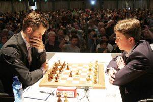 Carlsen vant et langt parti mot Keymer i første runde