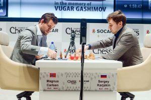 Carlsen vant en knusende seier mot Karjakin i åttende runde