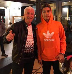 Tor Gulbrandsen med Liverpoolspiller Roberto Firmino