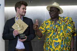 Carlsen med Paulin Danho, sportsminister i Elfenbenskysten