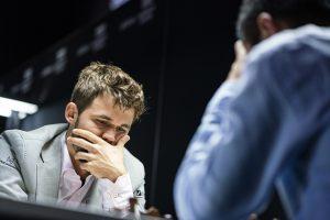 Carlsen slet mot Liren Ding, men vant til slutt