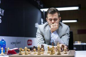 Carlsen leder klart før de tre siste rundene