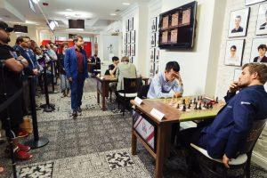 Liren Ding slo Carlsen, men Aronian (i bakgrunnen) leder