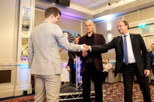 Carlsen hilser på FIDE-president Dvorkovic under åpningsseremonien