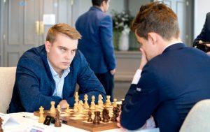 Kovalev sto til vinst, men Carlsen slapp unna med remis