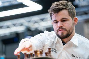 Carlsen leder alene etter andre dag av hurtigsjakk-VM