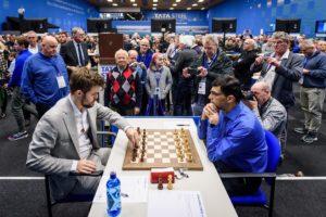 Etter innbyrdes remis er Carlsen og Anand halvannet poeng bak lederen
