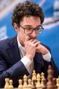 Caruana er på delt førsteplass etter seier mot Anand
