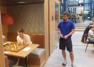Carlsen besøkte turneringen i sjette runde