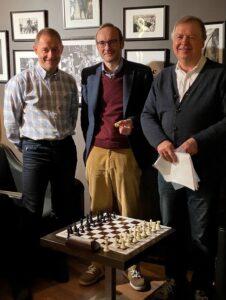 Gisle Bjugn flankert av Petter Dale og daværende Generalsekretær Geir Nesheim, som overleverte Hederstegnet i Bærum Schakselskaps lokaler