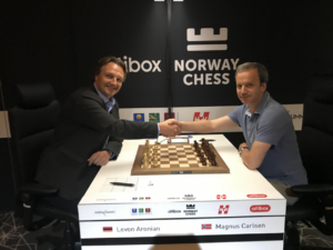 Madsen med FIDE-president Dvorkovich