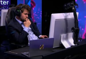 Carlsen tapte tre partier i andre runde, men vant matchen til slutt
